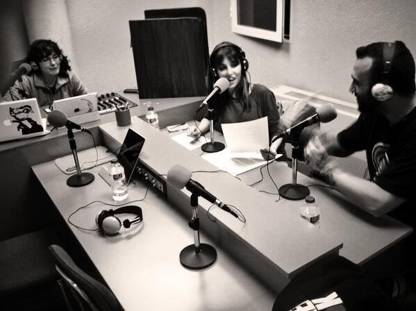 Jóvenes participando en una radio comunitaria